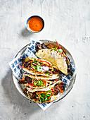 Koreanische Tacos mit gegrilltem Steak und Kimchi-Salat