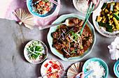 In schwarzem Essig und Reiswein geschmorte Schweineschulter mit eingelegten Chilis