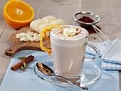Weißer Schokoaldenpunsch mit Rum und Orangenaroma
