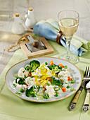 Gemüsetopf mit Bandnudeln und Kräuter-Creme