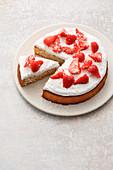 Kokos-Limetten-Tarte mit Erdbeeren
