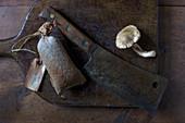 Vintage Beil auf Schneidebrett mit Wurst und Shiitake-Pilz
