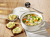 Vegetable stew with poultry and cream of parsnip on bread