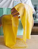 Hände halten selbst gemachte Nudelplatte