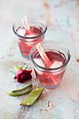Eistee aus Früchtetee, Rosenblütenwasser und Aloe Vera