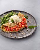 Italienisches Omlett mit Tomaten, Parmesan und Rucola