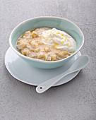 Porridge with banana, ginger yoghurt and honey