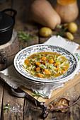 Gemüsesuppe mit Kürbis, Kartoffeln und Kohl