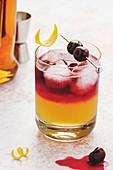 New York Whisky Sour in einem Glas mit Eiswürfeln und Sirup