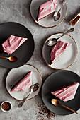 Schokoladenkuchen mit rosa Sahnecreme