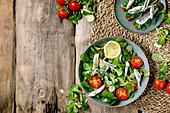 Feldsalat mit eingelegten Sardinen und Kirschtomaten