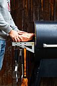 Brisket zum Ruhen in Butcherpapier einschlagen