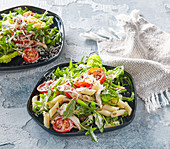 Rucola salad with chicken and pasta