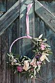 Türkranz aus Ranunkelblüten und Olivenzweigen