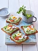 Toasts mit Avocadoaufstrich und Ei