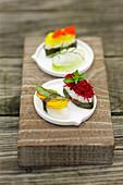 Hausgemachte vegetarische Sushi mit Blüten, Rote-Bete und Kräutern