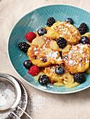 Vegan quark pods with applesauce and fresh berries