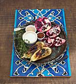Geröstete Aubergine mit Granatapfel, Dip, Sesam, Chiliflocken und Thymian