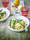 Tagliatelle mit grünem Spargel, Zitronenschale und Käse