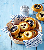 Small yeast cakes with custard and poppy seed
