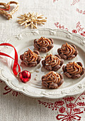 Small Christmas tartlets with caramel cream