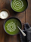 Spinatsuppe mit Spinnennetz-Deko