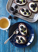 Tartlets with white chocolate and blackberries