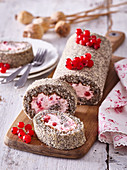 Poppy roll with currant filling