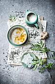 Grüner Tee mit Milch und Kandiszucker