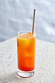 Cocktail 'Sunny Side' mit Rum, Mango, Ingwerbier, Granadine und Chili