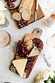 Käseplatte mit Wurst, Trauben und Crackern
