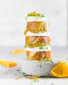 Laugenstange mit Ziegenkäserolle, Orangensenf und Kresse