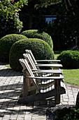 Zen-Garten mit Lounge-Sesseln und Buchs-Kugeln