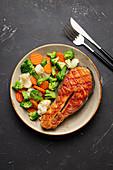 Gegrilltes Lachssteak und Gemüsesalat