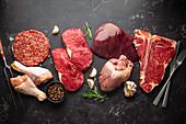 Verschiedenes rohes Fleisch mit Kräutern und Gewürzen