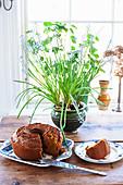 Angeschnittener Napfkuchen auf Holztisch in Küche