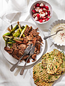Shawarma-Lamm mit Radieschen, Frühlingszwiebeln und Fladenbrot