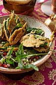 Frittierter Spinat auf Salat (Indien)