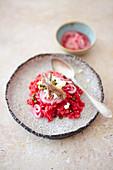 Rote-Bete-Risotto-Salat mit Feta, Himbeerzwiebeln, Kapern und Sardellen