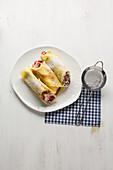 Pfannkuchen-Röllchen mit Joghurt, Erdbeeren und Schokoraspel