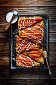 Karotten-Tarte-Tatin mit aufgeschlagenem Feta