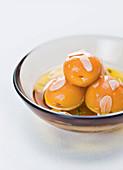 Molekulares Aprikosen-Olivenöl-Dessert mit Mandelblättchen