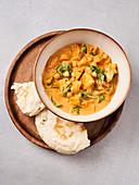 Potato curry with quick naan (vegan)