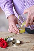 Rosensalbe herstellen (bei Hautentzündungen): Salbe in Tiegel abfüllen
