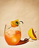 Sundowner-Cocktail mit Getiane und Orange