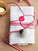 Weihnachtlich dekorierte Stoffserviette