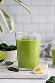 Glas grüner Smoothie mit frischen Früchten