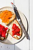 Getoastetes Brot mit Marmelade und Butter
