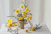 Frühlingsstrauß aus Narzissen und Zweigen von Felsenbirne und Schlehe