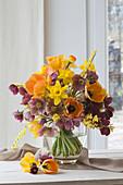 Frühlingsstrauß aus Tulpen, Narzissen, Lenzrosen und Ginster